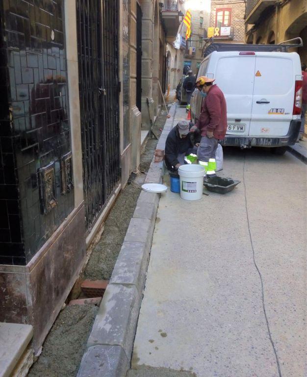 Arranjat un tram més de vorera del carrer del Castell de Solsona