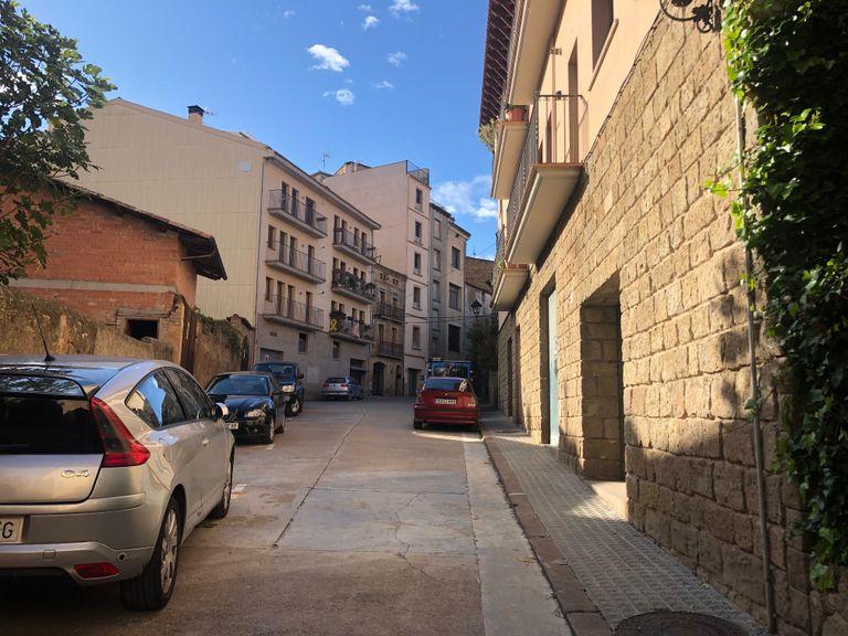 El carrer de les Llices es convertirà aquest mes en zona verda d'estacionament limitat