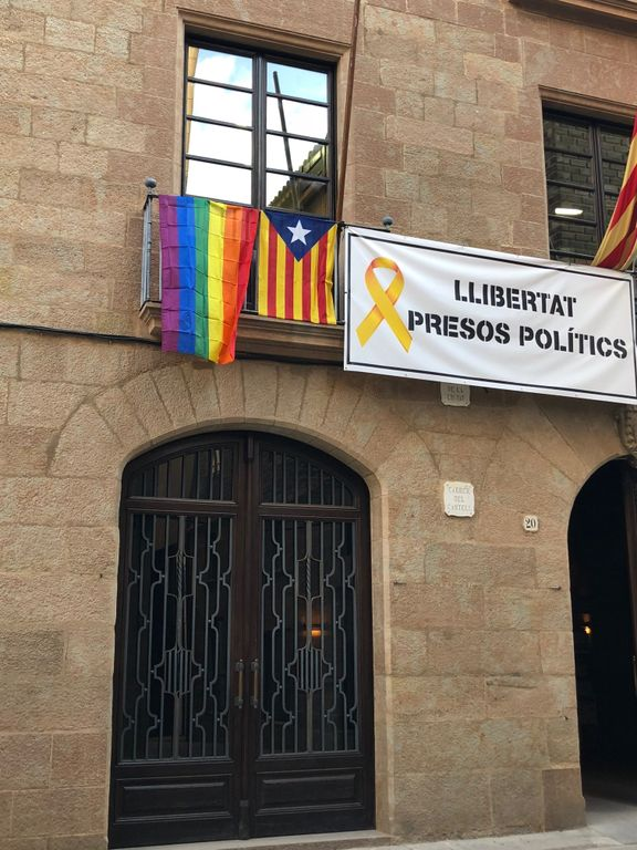 El consistori solsoní penja la bandera multicolor per adherir-se al Dia per l'Alliberament LGTBI