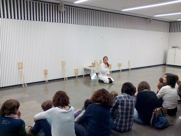 Futures mestres condueixen un laboratori de lectura sobre la igualtat i la coeducació a la biblioteca solsonina