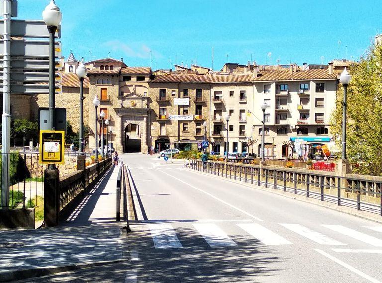 L'Ajuntament de Solsona demana als vianants mantenir les distàncies de seguretat i circular per les voreres de la dreta