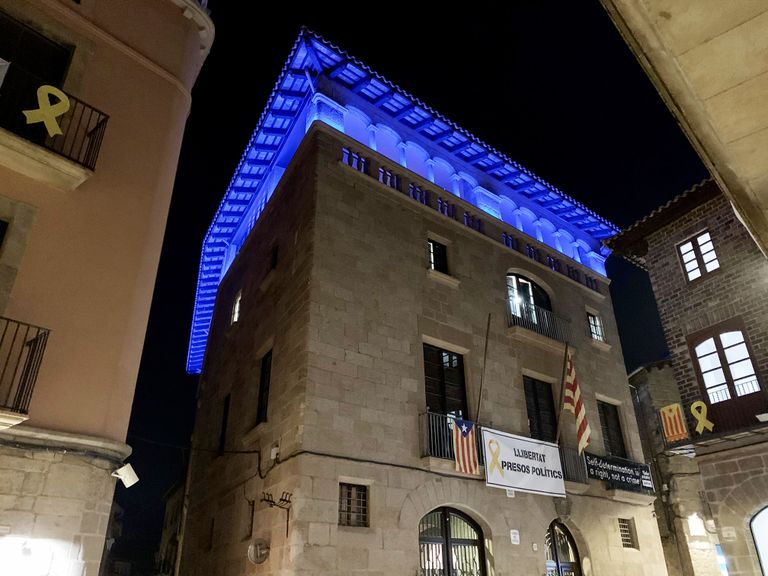 L'Ajuntament de Solsona s'il·lumina de color blau amb motiu del Dia mundial de la diabetis