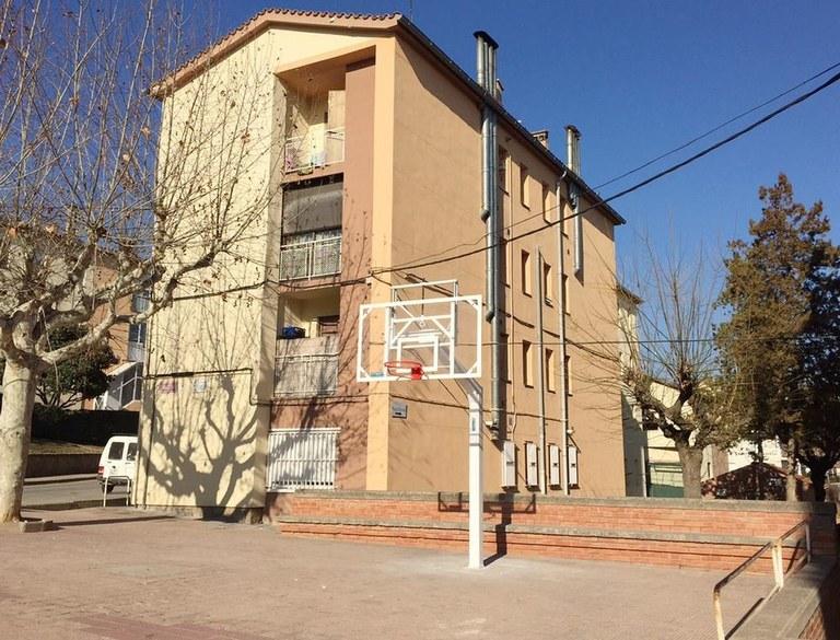 L'Ajuntament instal·la una cistella de bàsquet al barri de Josep Torregassa a petició dels veïns