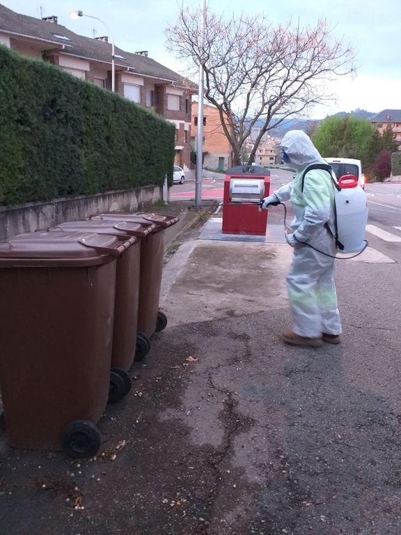 L'Ajuntament solsoní reforça la neteja dels contenidors i espais de la via pública més sensibles amb desinfectant