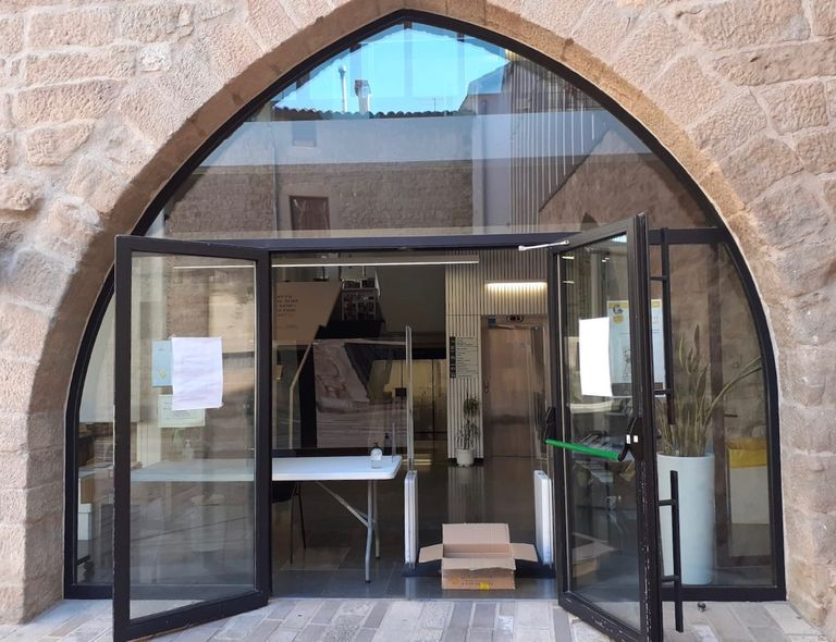La biblioteca solsonina amplia els serveis però continua atenent des de la porta