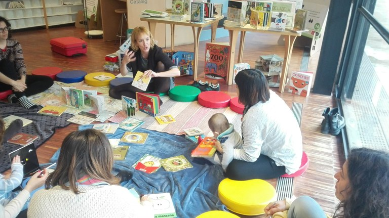 La biblioteca solsonina proposa un taller per apropar els nadons al món dels llibres