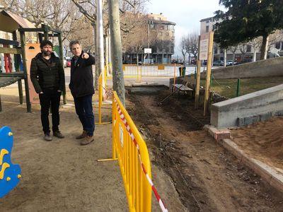 La brigada municipal de Solsona suprimeix barreres arquitectòniques a la plaça del Camp