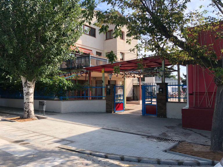 La brigada municipal suprimeix les barreres arquitectòniques a l'entorn de l'entrada de l'escola El Vinyet
