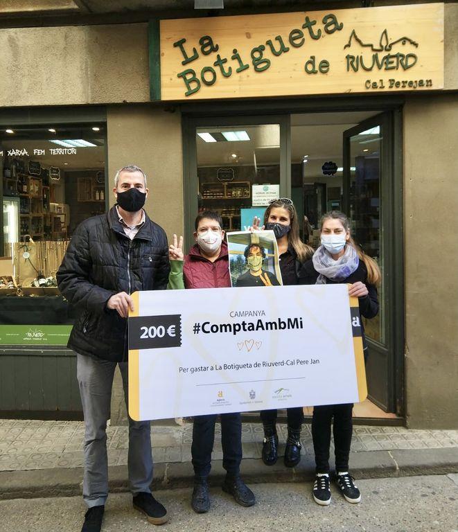 La confiança d'Elis Colell en el petit comerç es premia amb 200 euros per gastar a La Botigueta de Riuverd