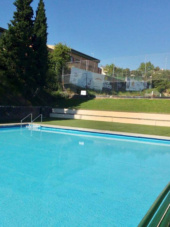 La inestabilitat del mur de l'institut obliga a tancar la petita de les piscines municipals