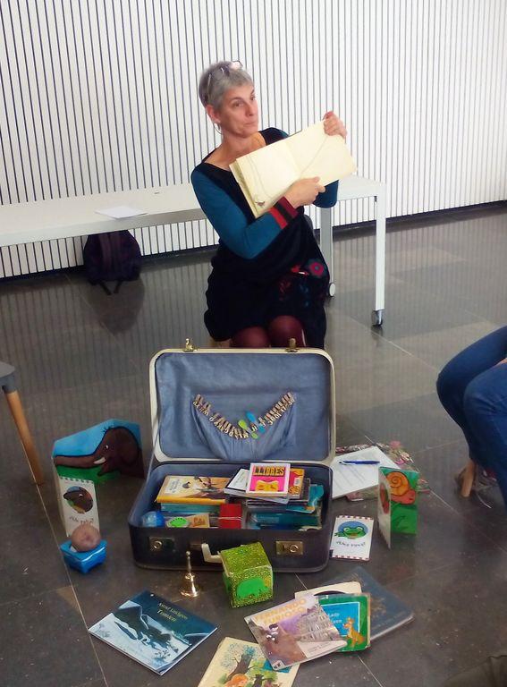 La narradora Patricia McGill protagonitza una sessió de contes a la biblioteca solsonina per als més petits