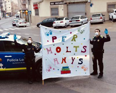La Policia Local de Solsona felicita l'aniversari dels infants mentre duri el confinament