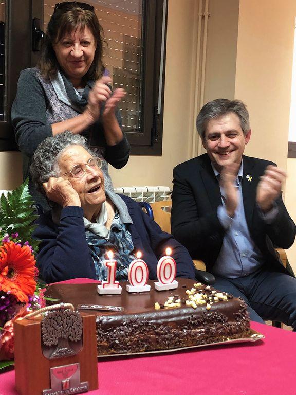 La veïna de Solsona Maria Talavera rep un reconeixement institucional pel seu centenari