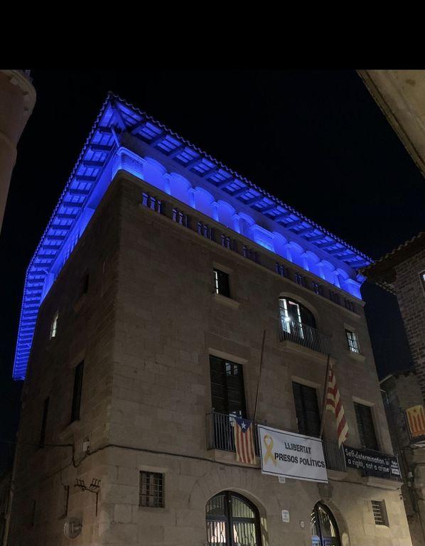 L'ajuntament s'il·lumina de blau durant dos dies per donar visibilitat a les síndromes de sensibilització central