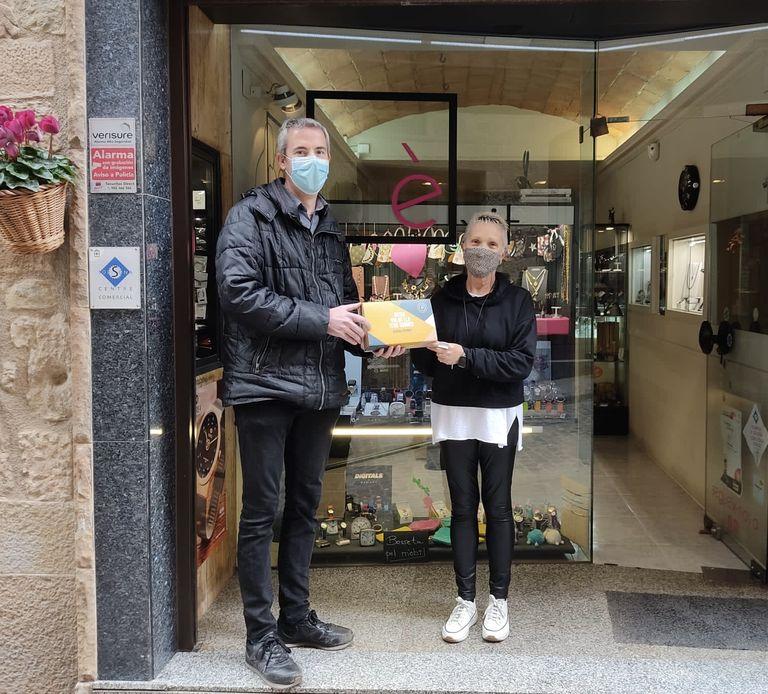 Marisol Cespedosa guanya el vol en globus de la campanya solsonina de promoció del comerç local i el mercat
