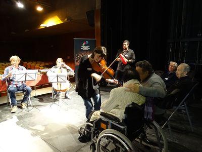 Musicoteràpia inclusiva al Teatre Comarcal de Solsona per a Amisol i afectats d'Alzheimer