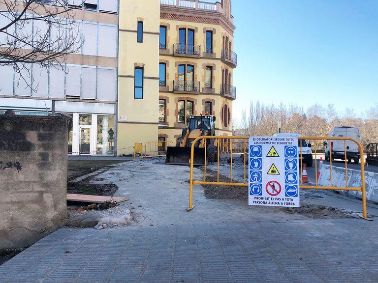 Obres de reconstrucció d'un tram de vorera de la plaça de les Moreres de Solsona