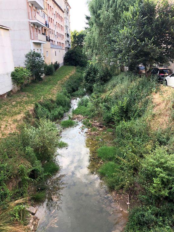 Protegeixen un tram soscavat de la llera del riu Negre a l'altura de l'avinguda de la Verge de Montserrat