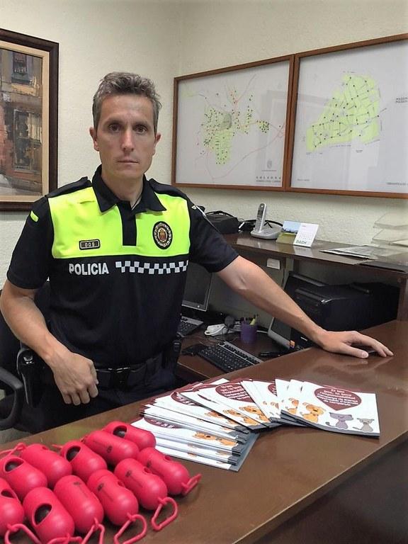 Regidors i Policia Local de Solsona fan campanya sobre els gossos a peu de carrer