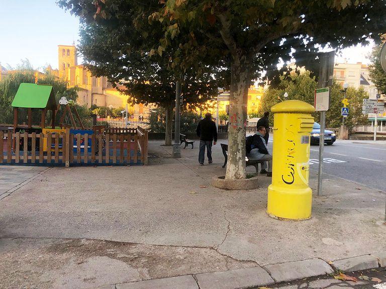 Renoven la vorera de la plaça de l'edifici Tauro de Solsona
