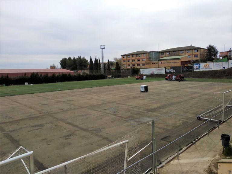 Solsona retira la gespa del camp de futbol coincidint amb la primera part de les obres del mur