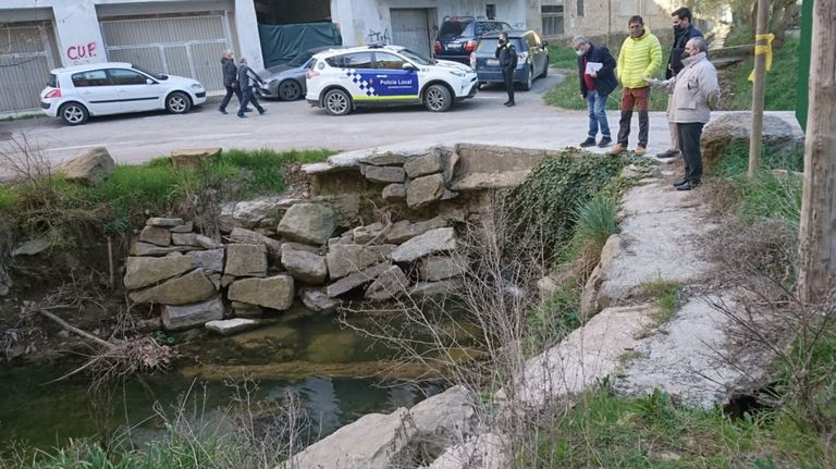 Tall de trànsit per les obres de reconstrucció d'una escullera al riu Negre de Solsona