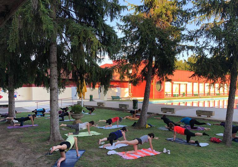 Tornen els vespres de ioga a la fresca amb bany nocturn a les piscines municipals de Solsona