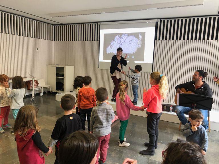 Una vuintantena d'infants i adults participen a la Revetlla de Sant Jordi de la biblioteca solsonina
